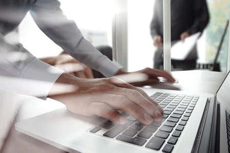 ejecutivos: Primer plano de la mano del hombre de negocios que trabaja en la computadora portátil con el diagrama de la estrategia de negocios en el escritorio de madera como concepto Foto de archivo