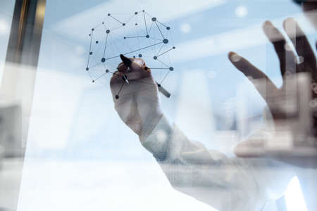 концепция: Двойная экспозиция бизнесмен, работающий с новой современной структуре компьютерной шоу социальной сети как понятие