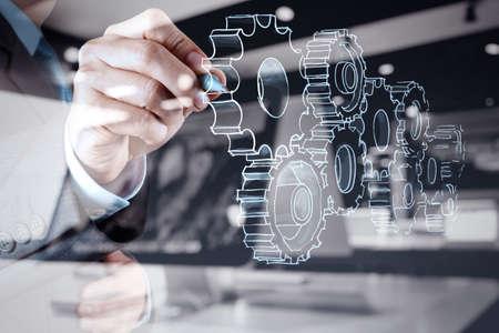 ejecutivos: doble exposici�n de la mano de negocios dibuja el engranaje al concepto de �xito Foto de archivo