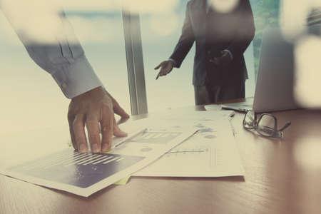 strategy: Doble exposición de la mano de negocios que trabaja con la nueva estrategia de la computadora y los negocios modernos como concepto