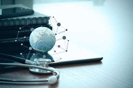 estetoscopio: estetoscopio y la textura de globo con diagrama de red de medios de comunicación social tabletwith digital como el concepto de red médica Foto de archivo