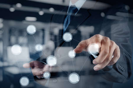 conexiones: doble exposición de la mano mostrando Internet de las cosas (IoT) Diagrama de palabra como concepto