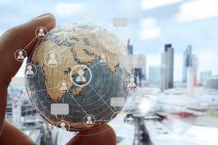 apoyo social: primer plano de la mano de negocios que muestra la textura del mundo con los medios sociales digitales diagrama de la red concepto elementos de esta imagen proporcionada por la NASA fondo londres ciudad Foto de archivo