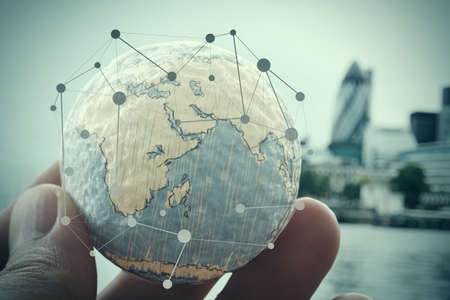 概念: 關閉的商人的手顯示出質感與世界數字社會媒體網絡圖的概念