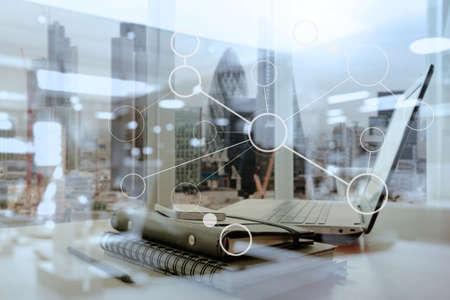나무 테이블과 런던 도시 배경을 흐리게 노트북 및 스마트 폰 사무실 직장 스톡 콘텐츠