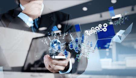sistemas: hombre de negocios muestra la tecnología moderna como concepto