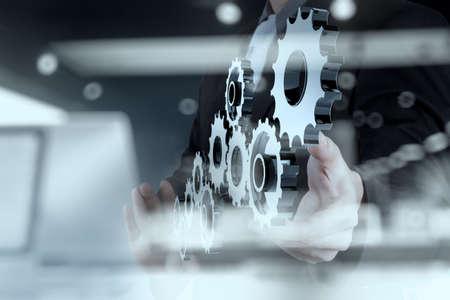 herramientas de mec�nica: doble exposici�n de hombre de negocios muestra la mano del engranaje humano para el �xito como concepto