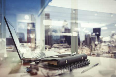 vida social: doble exposición del lugar de trabajo de oficina con el ordenador portátil y el teléfono inteligente en mesa de madera