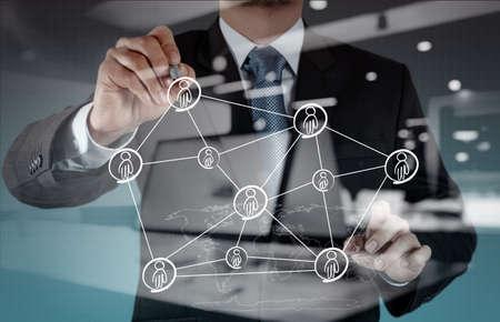 trabajo social: Doble exposición de negocios que trabajan con el nuevo y moderno programa de computadora estructura de red social