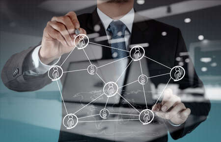 Double exposition homme d'affaires travaillant avec la nouvelle structure de réseau social de salon de l'informatique moderne Banque d'images - 43293291