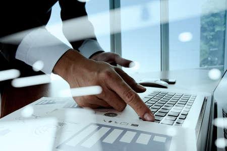 Exposição dobro do homem de negócios mão trabalhar com o novo computador e estratégia de negócios moderno como conceito