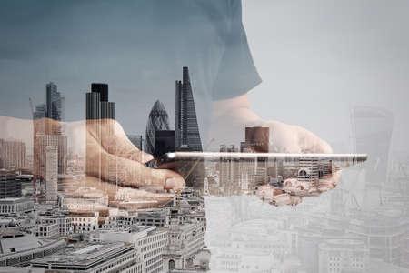 inteligencia: Doble exposici�n de �xito de negocios que usa la tableta digital con edificio de londres y el diagrama de los medios sociales