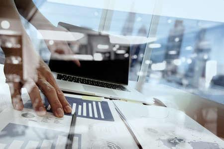 exposicion: Doble exposición de la mano de negocios que trabaja con la nueva estrategia de la computadora y los negocios modernos como concepto