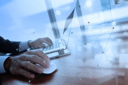 ソーシャル メディア図木製机の上のノート パソコンに取り組んでいるビジネス人間手の二重露光