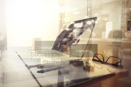 calculadora: documentos de negocios en la mesa de oficina con teléfono inteligente y la tableta digital y diagrama de negocio gráfico y hombre que trabajan en segundo plano