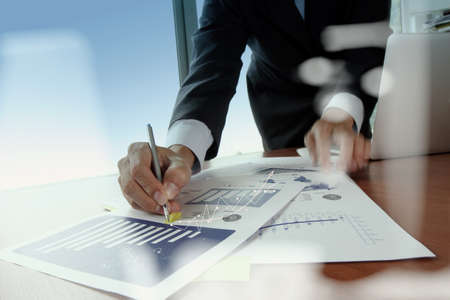 estrategia: Doble exposición de la mano de negocios que trabaja con la nueva estrategia de la computadora y los negocios modernos como concepto