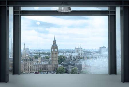 ventana abierta interior: espacio interior moderno interior de la oficina vacía con el fondo de la ciudad de Londres