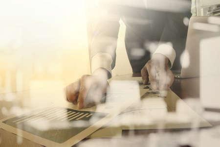 業務: 辦公桌子商務文件與智能手機和平板電腦的數字和圖形業務圖和男子在後台運行