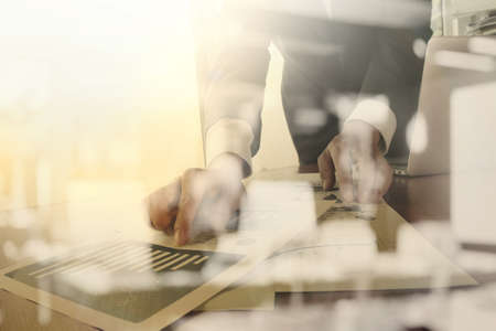Documents d'affaires sur la table de bureau avec téléphone intelligent et tablette numérique et graphique affaires diagramme et l'homme travaillant dans l'arrière-plan Banque d'images - 43290637