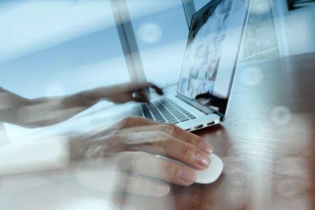 개념으로 나무 책상에 노트북 컴퓨터에 작업 비즈니스 사람 손의 이중 노출 스톡 콘텐츠