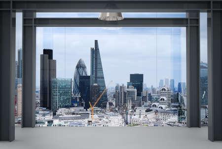 binnenruimte van de moderne lege kantoor interieur met London City achtergrond Stockfoto