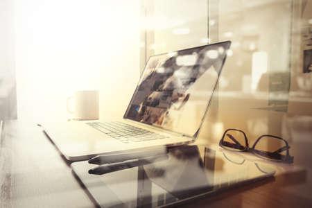ライフスタイル: ノート パソコンとスマート フォン木製テーブルとロンドン市内に仕事場がぼやけて背景