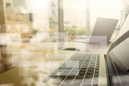 inteligencia: doble exposición del nuevo ordenador portátil moderno, con trabajo mano de negocios y estrategia de negocio como concepto