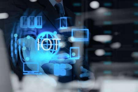 Doble exposición de la mano mostrando Internet de las cosas (IoT) Diagrama de palabra como concepto Foto de archivo - 43289975