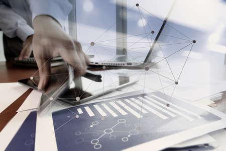 dubbele belichting van de hand van de zakenman via een mobiele telefoon met sociaal netwerk diagram op houten bureau als concept Stockfoto