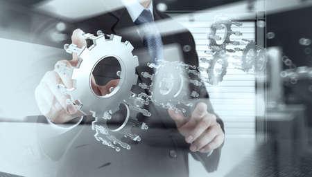 ingenieria industrial: doble exposición de hombre de negocios muestra la mano del engranaje humano para el éxito como concepto