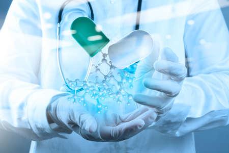 biologia: doble exposición del médico científico mano sostiene la estructura molecular virtual en el laboratorio