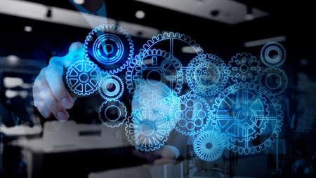 exito: doble exposición de negocios que trabajan con equipo de luz azul para el éxito como concepto