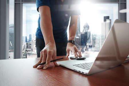 kommunikation: Ung kreativ designer som arbetar på kontor med dator laptop som begrepp