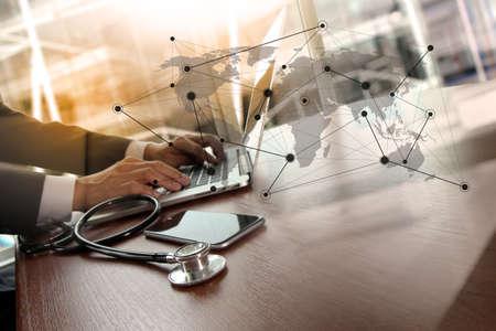 医療ワークスペース オフィスと概念として医療ネットワーク メディア ダイアグラムでラップトップ コンピューター ワークスペースで働く医師