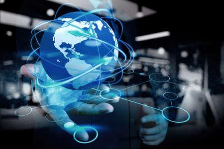 konzepte: Doppelbelichtung der Geschäftsmann Hand hält soziales Netzwerk als Konzept