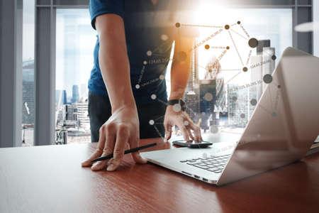 cerrar: Hombre joven diseñador creativo trabaja en la oficina con el ordenador portátil como concepto con el diagrama de los medios sociales