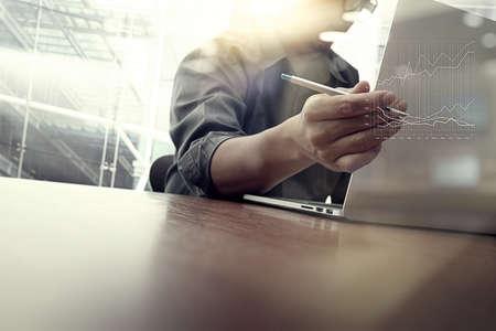 zakelijke moment met laptop computer en grafiek zakelijke diagram en de man aan het werk op de achtergrond