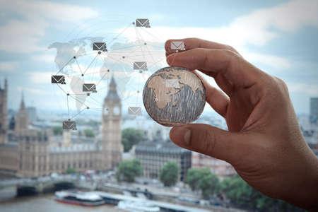 mundo manos: Cerca de la mano de negocios que muestra la textura del mundo con los medios de comunicación social Concepto de diagrama de red digital