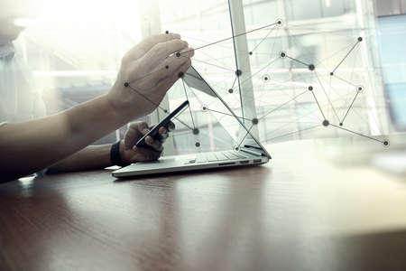 konzepte: Designer-Handarbeits und Smartphone und Laptop auf hölzernen Schreibtisch im Büro mit London City Hintergrund mit sozialen Netzwerk-Media-Diagramm