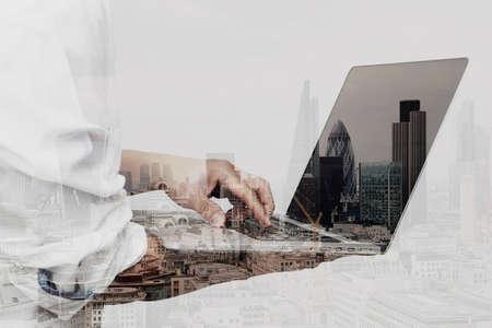 using the computer: Doble exposición de hombre de negocios de éxito usando la computadora portátil con la construcción de londres y el diagrama de las redes sociales