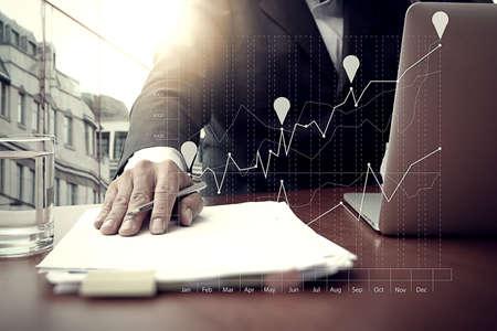Geschäftsunterlagen auf Büro-Tabelle mit Smartphone und digitale Tablet und Grafik Geschäft mit sozialen Netzwerkdiagramm und Mann arbeitet im Hintergrund Standard-Bild - 44682505