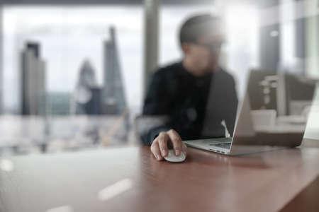 comunicação: Homem criativo designer jovem que trabalha no escritório com computador portátil como conceito
