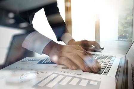 Dvojité expozice obchodní muž ruka pracuje na prázdné obrazovce přenosný počítač na dřevěný stůl jako koncept Reklamní fotografie