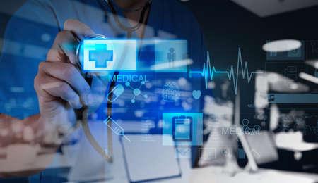 medecine: double exposition de médecine médecin poussant sur le premier signe de l'aide avec l'interface de l'ordinateur moderne