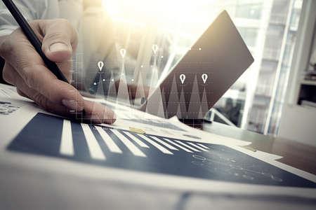 desarrollo económico: documentos de negocios en la mesa de oficina con teléfono inteligente y la tableta digital y gráfico de negocio con el diagrama de la red social y el hombre que trabajan en segundo plano