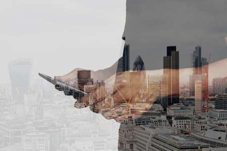 medios de comunicaci�n social: Doble exposici�n de �xito de negocios que usa la tableta digital con edificio de londres y el diagrama de los medios sociales