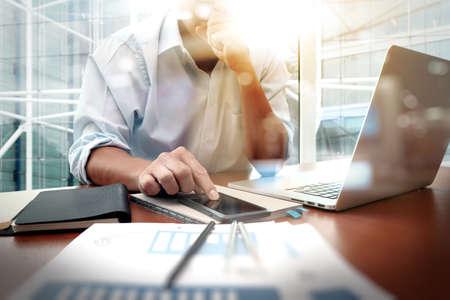 hoja de calculo: documentos de negocios en la mesa de oficina con teléfono inteligente y la tableta digital y diagrama de negocio gráfico y hombre que trabajan en segundo plano