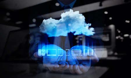 tecnología informatica: Mano de empresario de trabajo con un diagrama de Cloud Computing en la nueva interfaz de la computadora como concepto