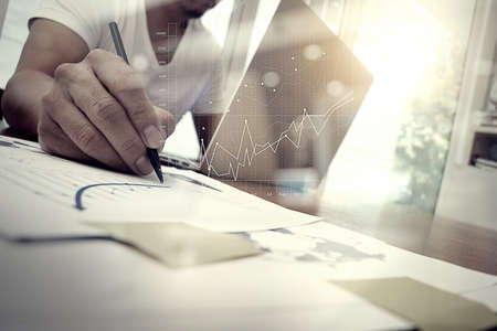 comercio: documentos de negocios en la mesa de oficina con teléfono inteligente y la tableta digital y gráfico de negocio con el diagrama de la red social y el hombre que trabajan en segundo plano