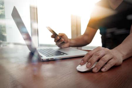 木製の机の上のノート パソコンに取り組んでいるビジネス人間手のクローズ アップ 写真素材 - 44716173
